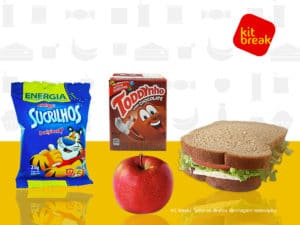 Lanche contendo achocolatado, sanduíche, flocos de milho e maçã