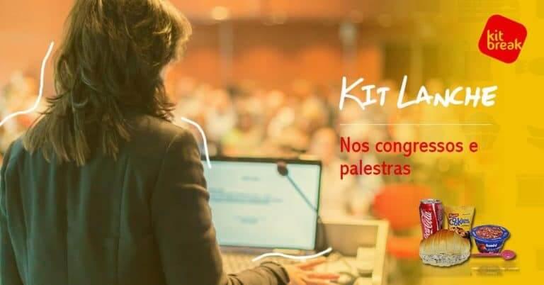 Mulher no notebook diante de um congresso