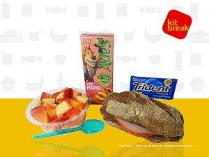 Suco Ades 200 ml, Sanduíche de Chester, Salada de Frutas e goma de mascar.