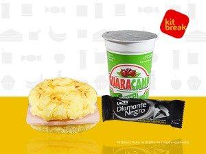 Refresco de guaraná, sanduíche e um chocolate.
