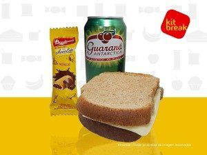 Refrigerante, sanduíche e barrinha de chocolate.