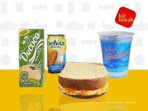 Água de coco, biscoito integral, sanduíche e água.