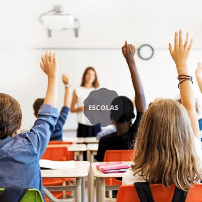lanches para alunos levantando a mão