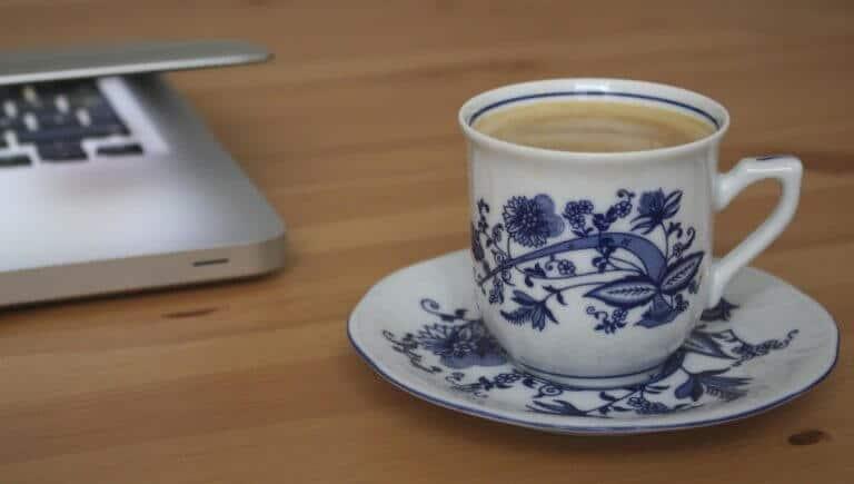 computador e xícara-pausa para um café