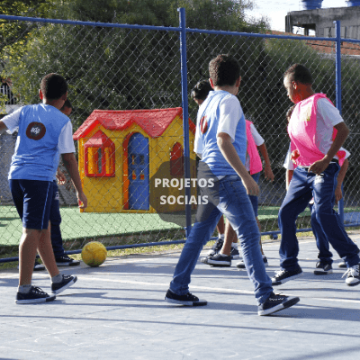 criancas na hora do lanche no projeto social