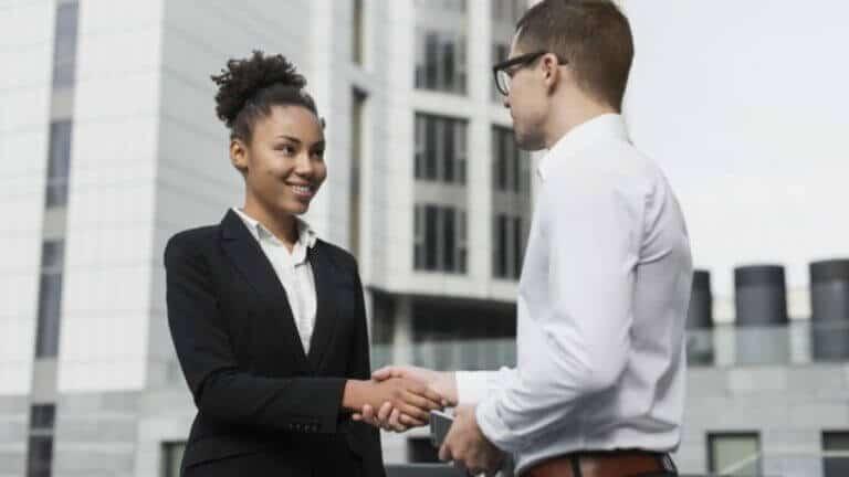 aperto de mão-responsabilidade social empresarial
